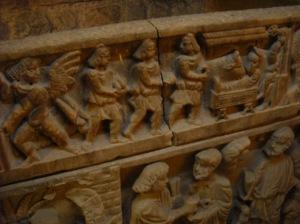 Les trois rois mages avec un bonnet phrygien qui donnent des présents à l'enfant Jésus ou Mithra. (église Saint Baune